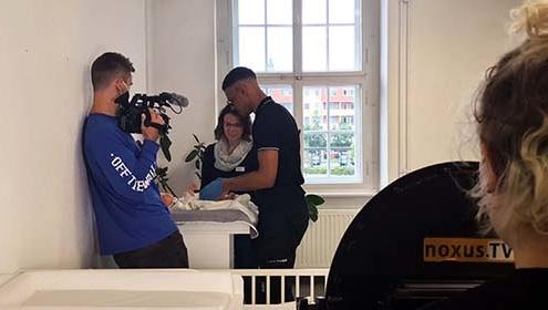 Auszubildende werden mit einer Kamera gefilmt