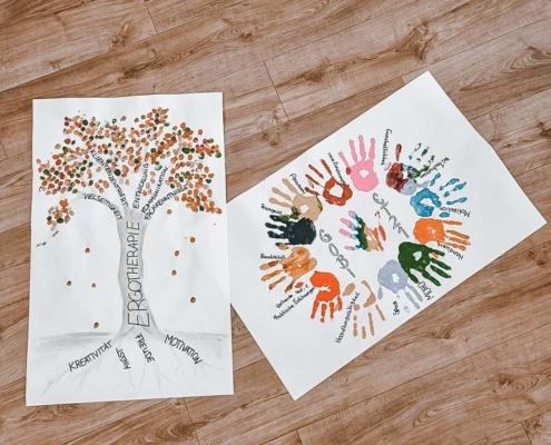 Zwei Plakate mit Händen und Fingerabdrücken