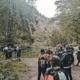 Schüler wandern im Wald